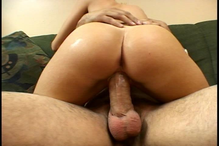 Zittend op zijn  grote lul neukt ze hem