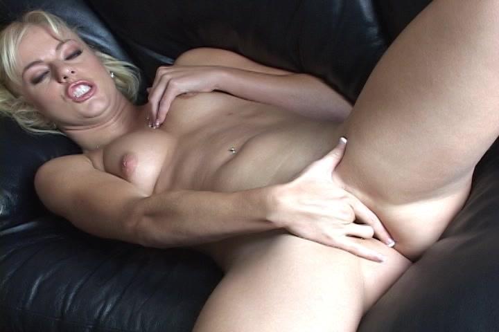 Geil kijkend in de camera mastubeerd ze tot ze een orgasme krijgt