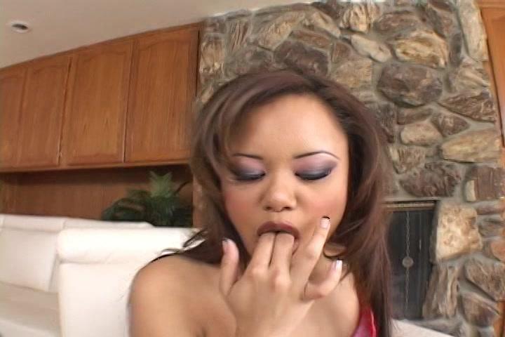 Tijdens het vingeren likt ze het kut geil van haar vingers