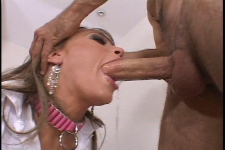 Langzaam schuift de grote lul diep haar keel in