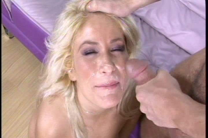 Zijn buurvrouw krijgt een sperma douche in haar gezicht