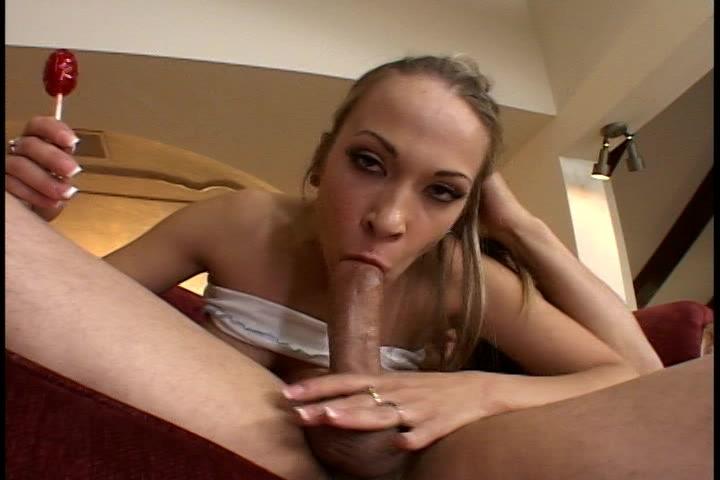 Lolly likkend meisje pijpt en laat haar mondje vol sperma spuiten