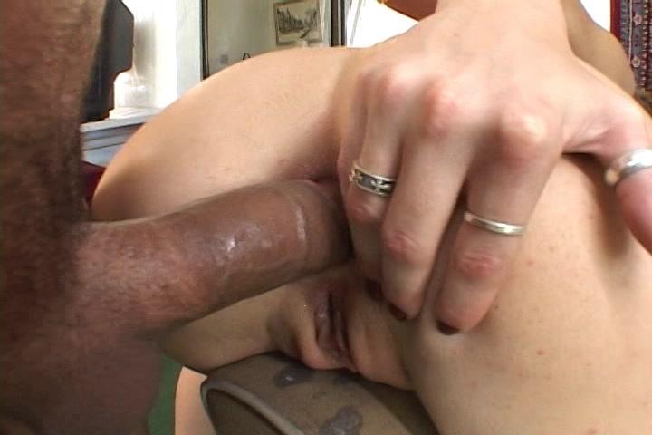 Zijn eikel steekt nog in haar anus als hij er in klaar komt