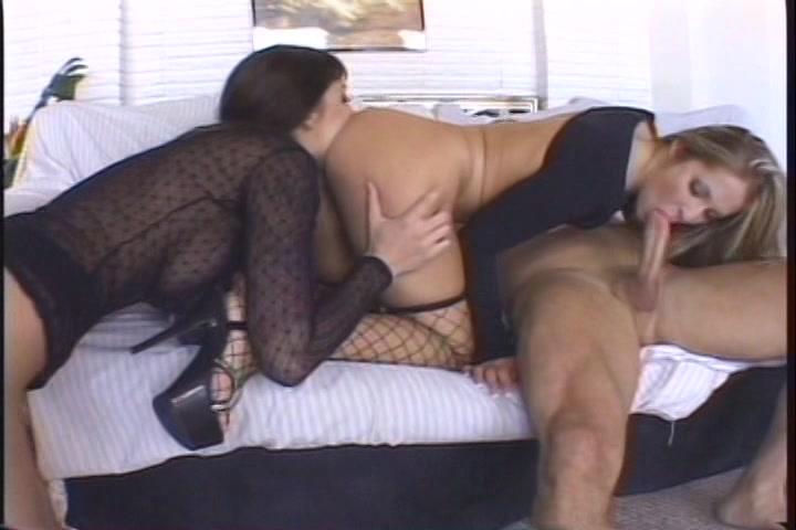 Twee bisex meiden geven de grote lul een pijp beurt