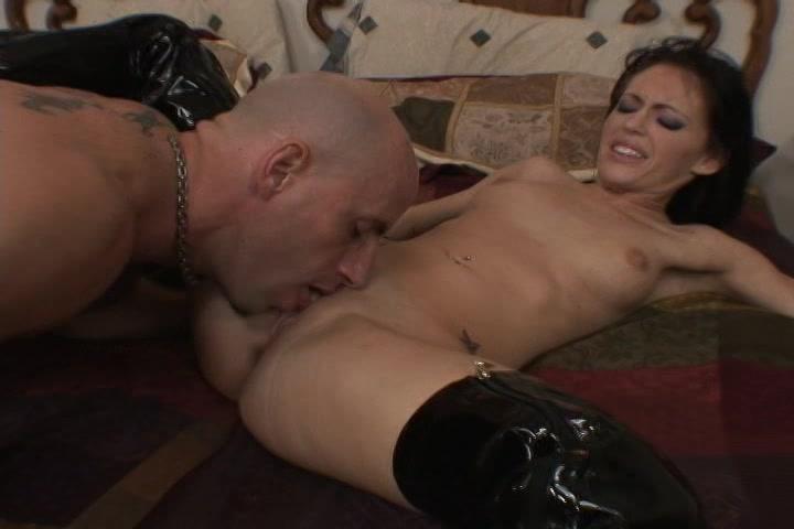 Zij zuigt hard aan zijn pik waarna hij haar kut likt