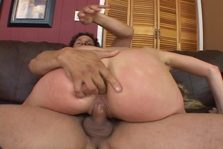 Tijdens het neuken vingert hij de milf anal