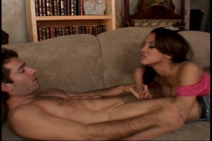 Hij swaffeld haar gezicht neukt haar in meerdere standjes en spuit sperma op haar gezicht
