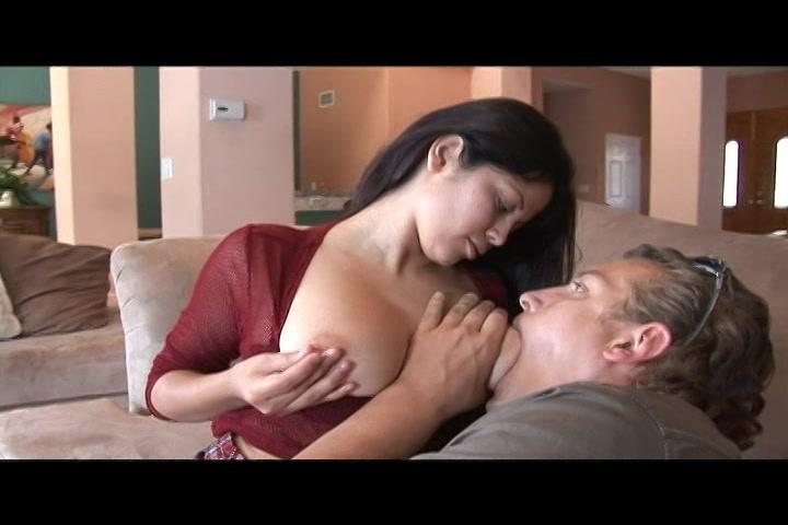 Kijk hoe hij aan haar natuurlijke borsten zuigt