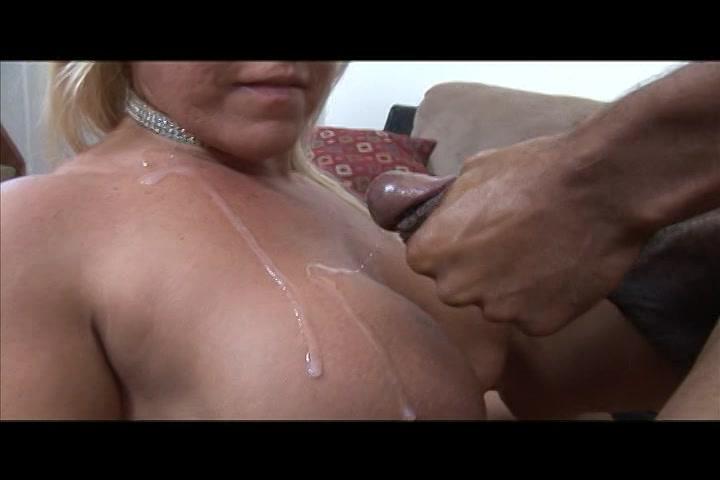 Stralen sperma uit de neger lul spatten op de grote tieten van de blonde milf