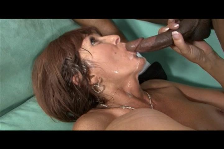 De sperma uit de neger lul druipt op de tong van de geile milf