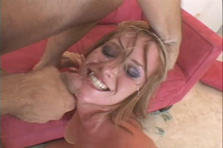 Tijdens de lange pijp beurt komt hij klaar en spuit de sperma in haar gezicht