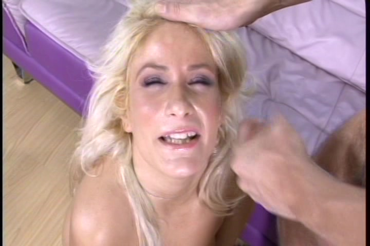Genietend pijpt de milf laat haar kut neuken en haar gezicht vol sperma spuiten