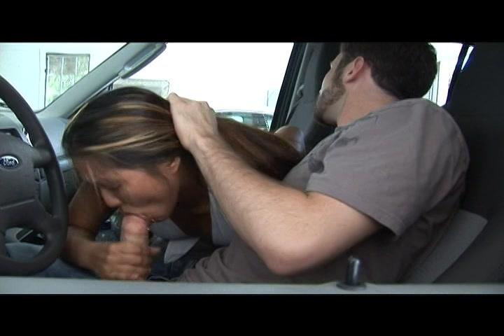 In de auto pijpt ze zijn lul tot hij hard en stijf is