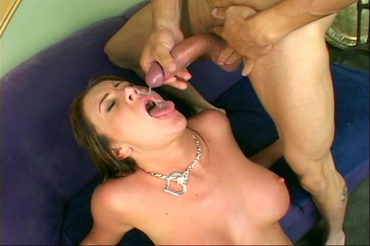 Zijn grote kromme lul spuit sperma op haar geile gezicht