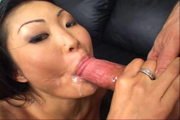Haar mond en tieten worden geneukt en haar gezicht vol sperma gespoten