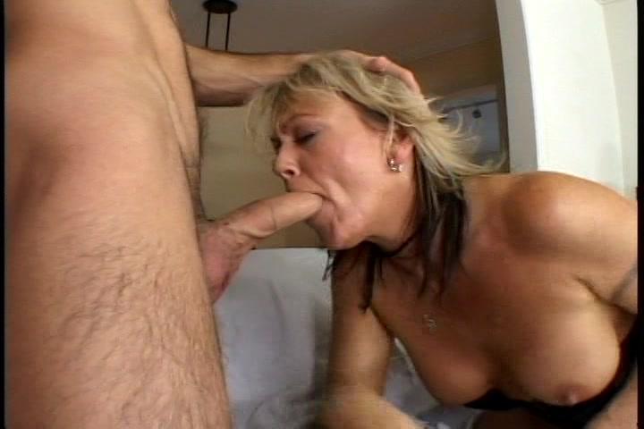 Geile huisvrouw wil in haar mond geneukt worden en word vol sperma gespoten