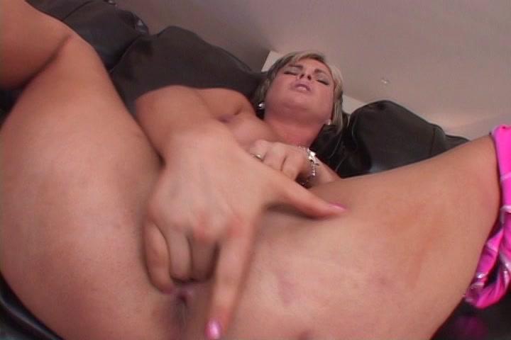 Ze showt de kut piercing en vingert de kut tot een orgasme