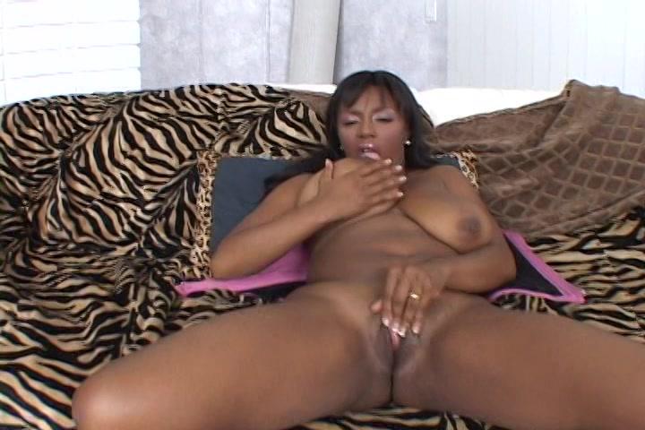 De Ebony showt de grote tieten en masturbeert de kale kut
