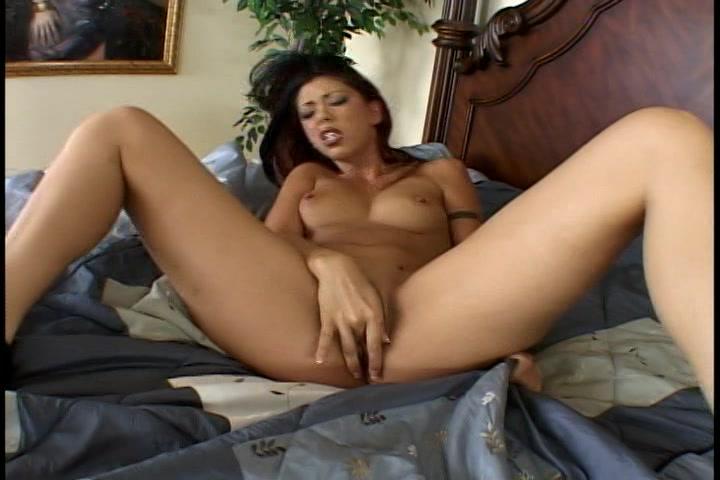 Met haar vinger penetreert ze haar natte vagina en krijgt een orgasme