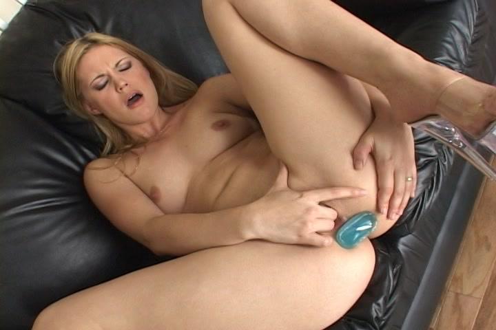 Mastuberend met de butplug in de anus vingert ze haar kale kut