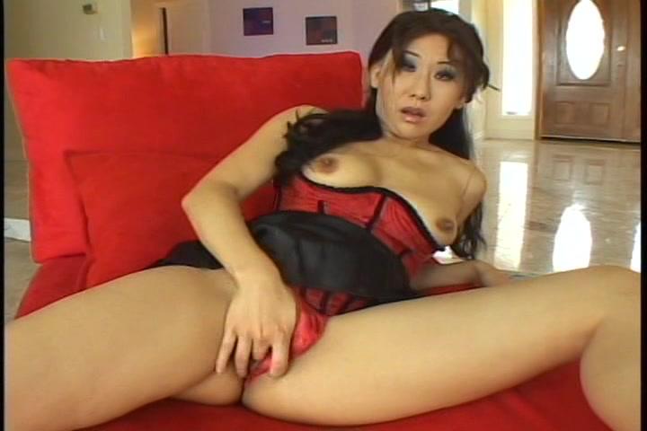 Liggend in sexy lingerie masturbeert de Aziatische haar natte kut