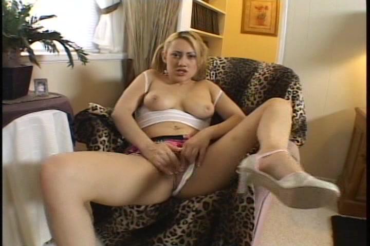 Kijk haar natuurlijke borsten en hoe ze masturbeert