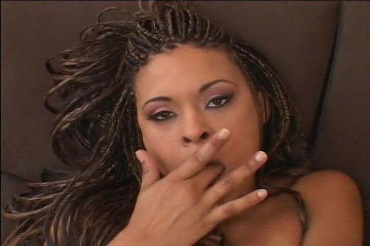 Tussen het vingeren door likt ze haar vingers
