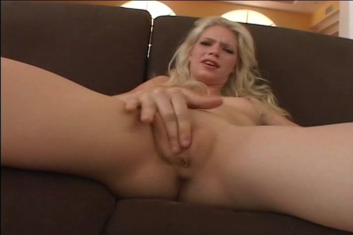 Tijdens het mastuberen van haar glad geschoren krijgt ze een orgasme