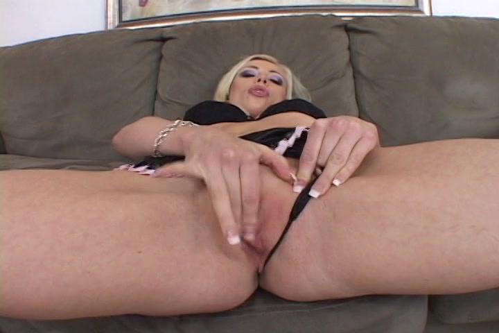 Liggend in sexy lingerie wrijft de blondine over haar schaamlippen tot een orgasme