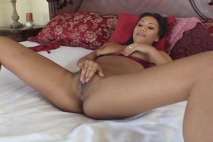 Na haar lingerie uit te hebben gedaan masturbeert de Aziatische zichzelf