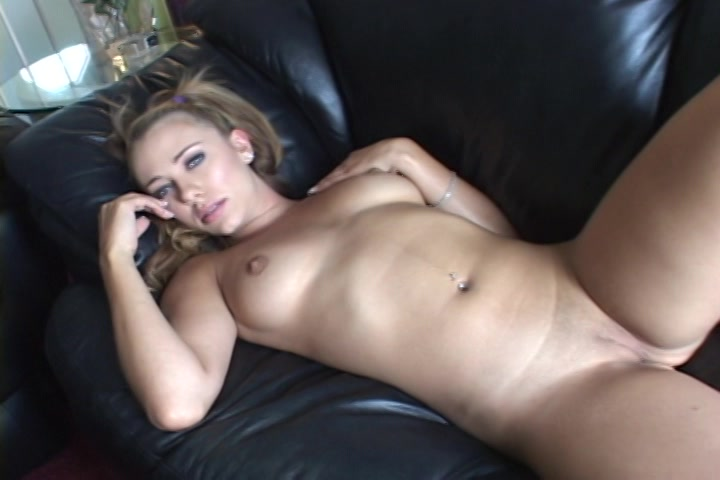 Ze streelt haar kleine tietjes en masturbeerd haar kale kut