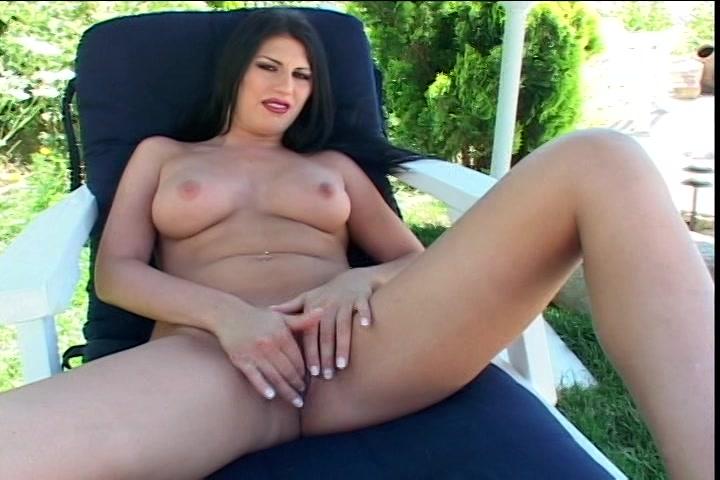 De kut met piercing masturberen in de buitenlucht
