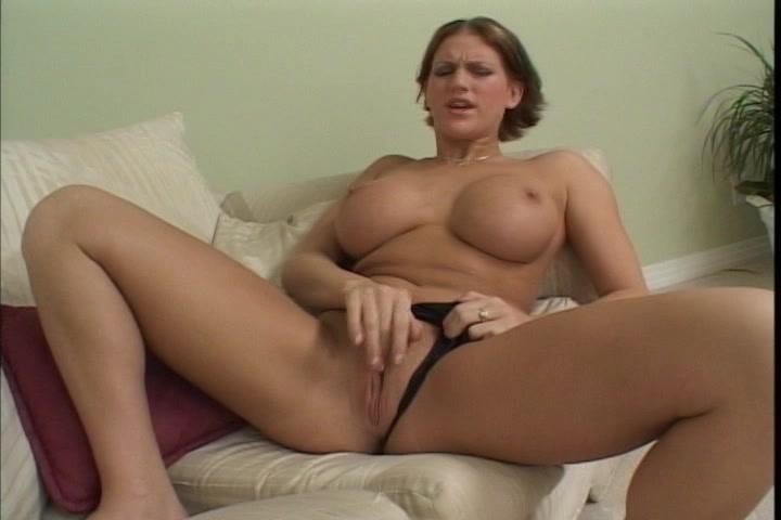 Met alleen nog haar slipje aan masturbeert ze haar kale kut