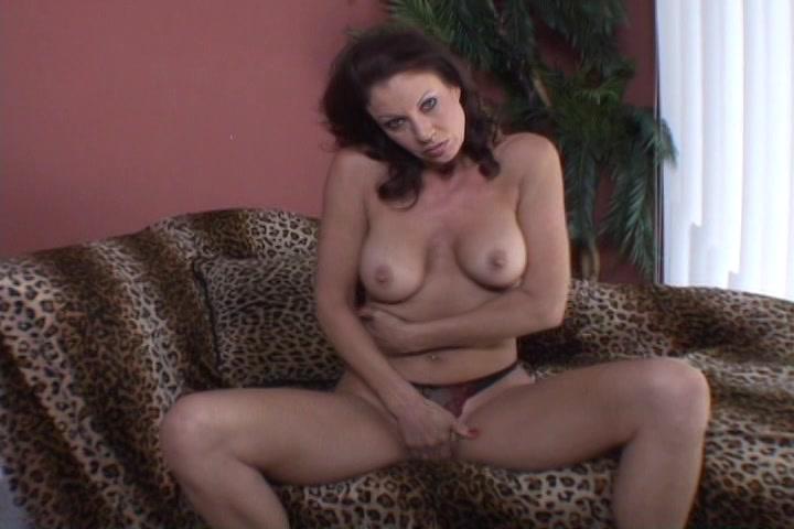 Geile huisvrouw in sexy lingerie masturbeert en krijgt een orgasme