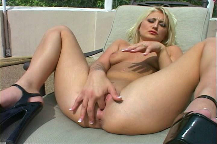 Haar kut masturberend en de tepels strelend krijgt dit blondje een orgasme