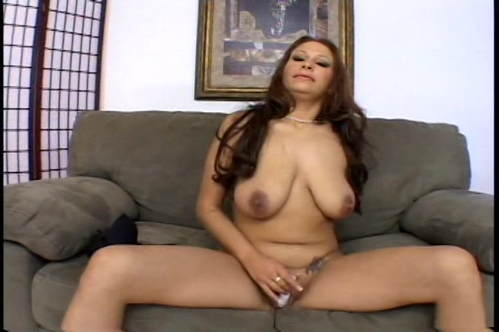 In sexy lingerie vingert de geile milf haar kut en mastubeerd met een vibrator
