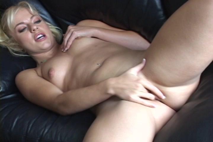 De glad geschoren roze kut masturberen tot een orgasme