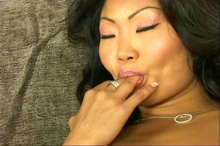 Na het orgasme likt de Aziatische haar vingers af