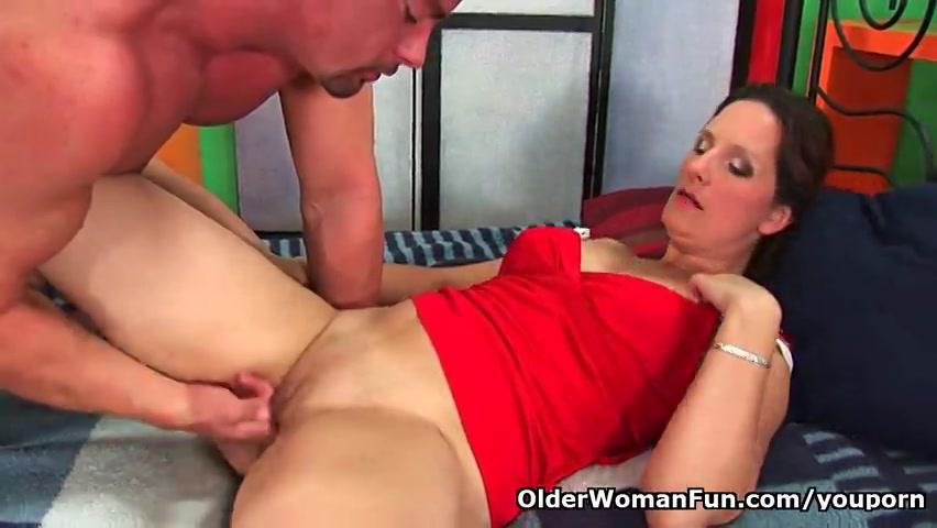 De milf krijgt tijdens het vingeren een spuitend orgasme