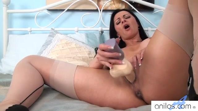 Ze trekt haar lingerie uit en masturbeert met een vibrator