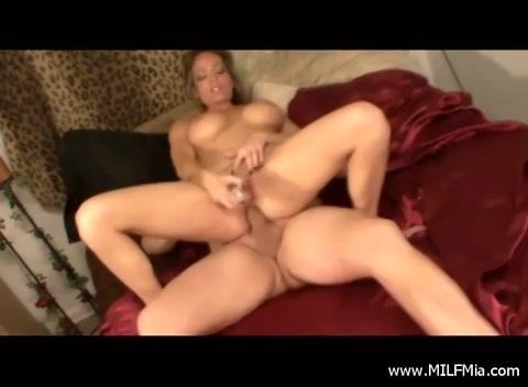 Tijdens de dubbel penetratie krijt zij een orgasme en komt hij klaar