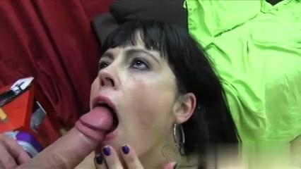 De milf laat haar gezicht vol sperma spuiten door de jongeman