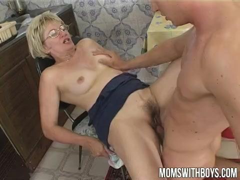 Deze oudere dame laat haar mond en natte vagina penetreren