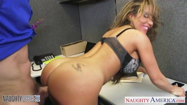 Hij word gepijpt en neukt zijn collega in haar kantoor