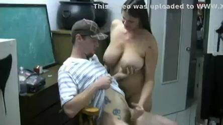 Hij speelt met de tieten van zijn stiefmoeder en word afgetrokken