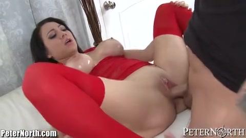 Hij neukt de hoer in sexy lingerie in haar mond en kale kut