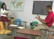 Docent Kees neukt zijn collega Femke de tekenjuf in het klaslokaal