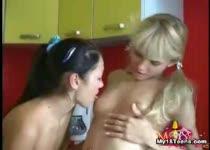 Tiener lesbi meiden neuken elkaar met banaan