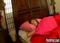 Als ze ligt te slapen wordt ze geneukt