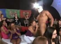 Een stripper en een zaal vol meiden die hem pijpen